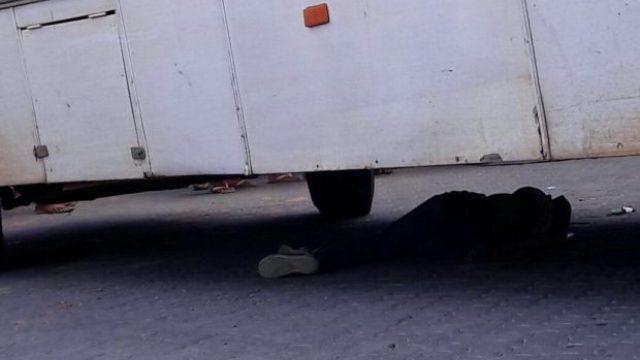 Crianças dormem embaixo de ônibus e uma é esmagada após veículo passar por cima dela