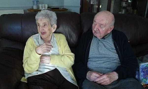 Aos 98 anos, mãe se interna em asilo para cuidar do filho de 80 anos