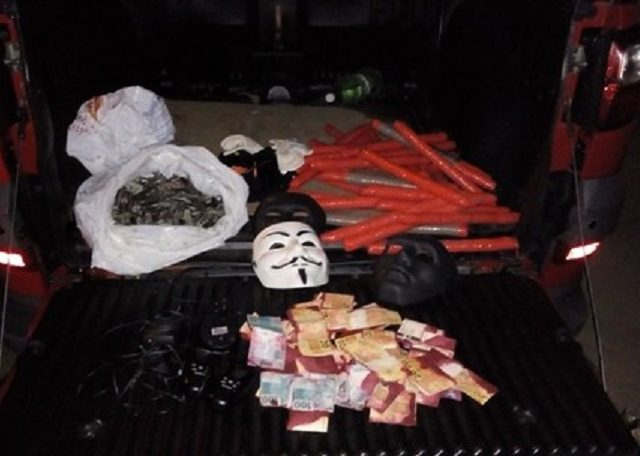 O carro com máscaras, cédulas manchadas de tinta, luvas e explosivos pode ter sido desovado pelo explodidor