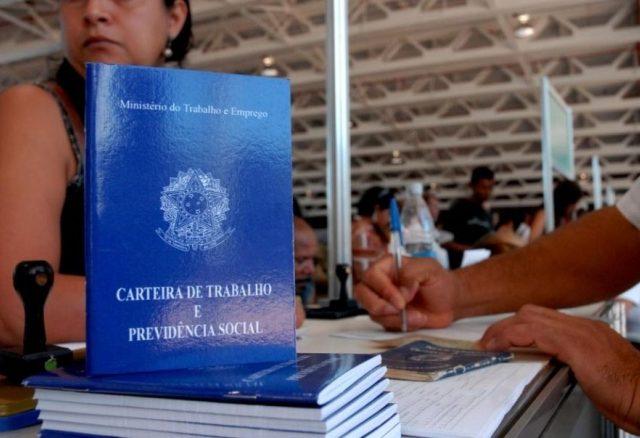 Trabalho formal tem queda de 1,7% no Brasil, diz IBGE
