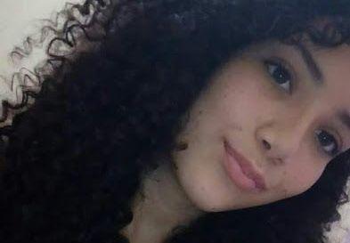 Adolescente sofre descarga elétrica ao atender celular na tomada e morre