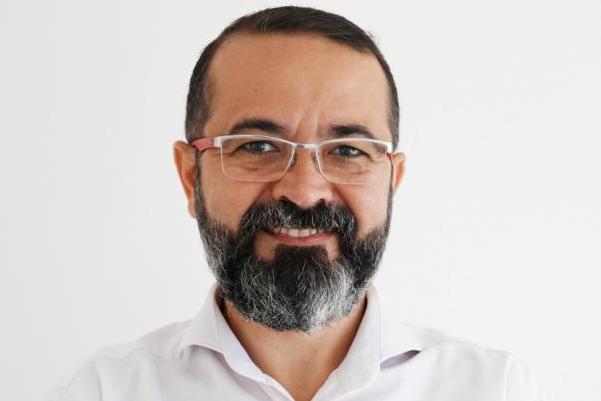 Tárcio presta solidariedade a bombeiro morto e fala sobre segurança em debate no Sertão