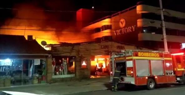 Incêndio destrói Feira de Artesanato na capital; acusados são apreendidos