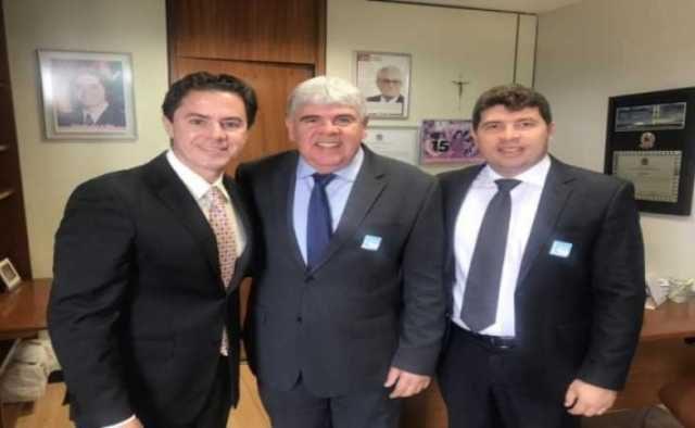 Prefeitos visitam senador eleito Veneziano em Brasília
