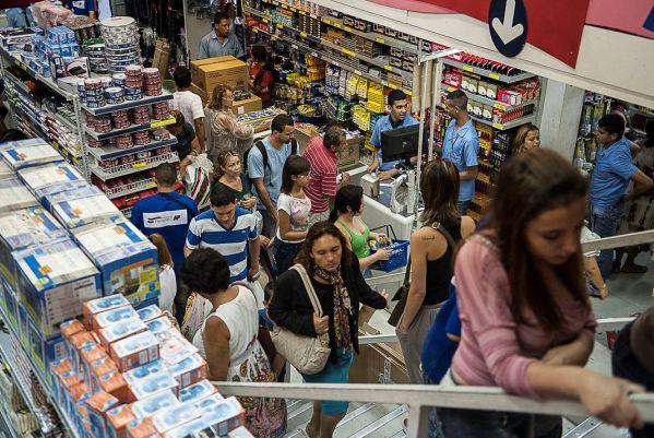 Varejo tem queda de 0,4% de setembro para outubro, diz IBGE