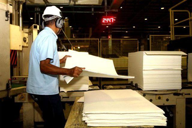 Produção industrial cai em nove locais pesquisados pelo IBGE