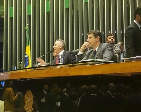 Presidindo parte da sessão da Câmara Federal, Aguinaldo Ribeiro discute emendas do projeto de cadastro positivo
