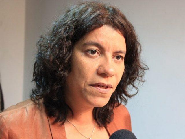 Estela Bezerra perde controle do carro e sofre acidente