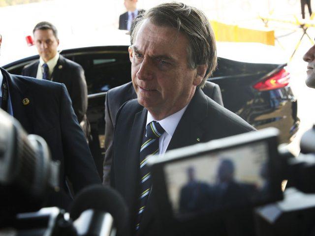 """Bolsonaro se irrita com comando da PF no Rio e dispara: """"quem manda sou, ou vou ser um presidente banana?"""""""