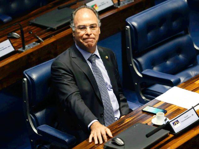 Alvo da PF, líder do governo no Senado põe cargo à disposição