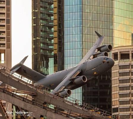Aviões passam entre prédios e assustam moradores na Austrália; veja fotos e vídeos